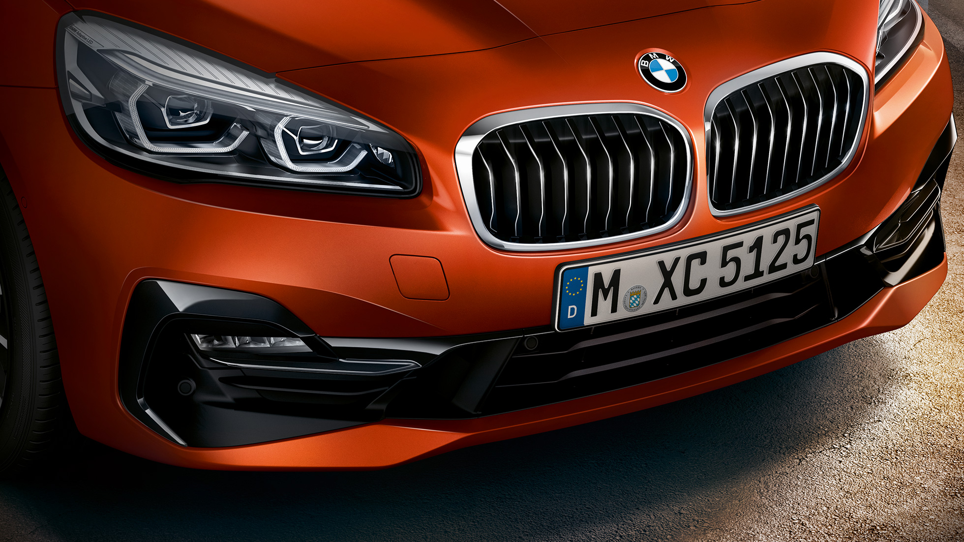 Dobbeltnyre BMW 2-serie Active Tourer F45 Facelift 2018 Sunset Orange Metallic nærbillede af front