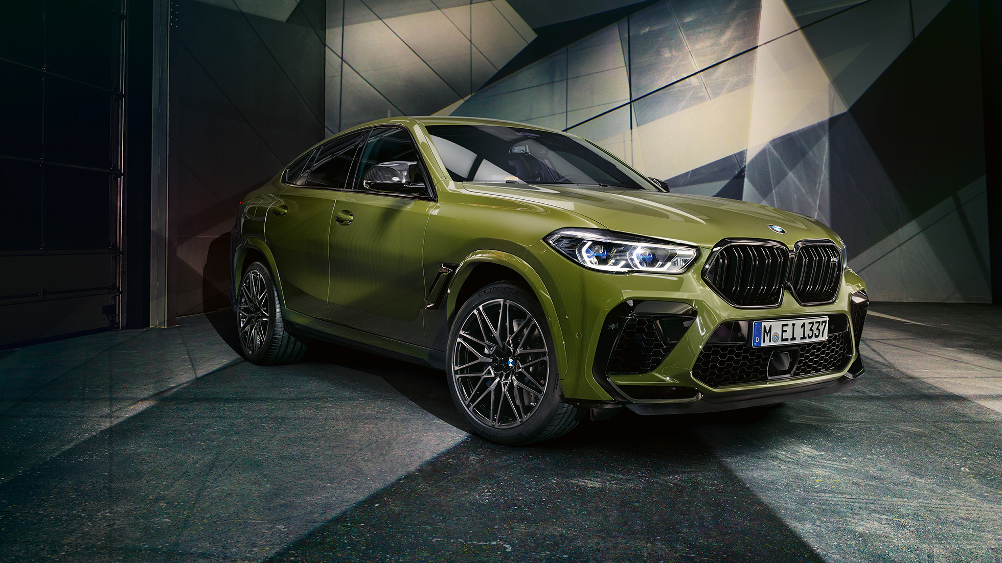 M dobbeltnyre BMW X6 M Competition F96 BMW Individual speciallakering Urban Green set forfra let drejet